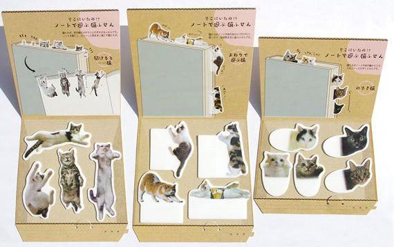 ノートで遊ぶ猫ふせん
