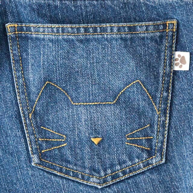 猫顔の刺繍と肉球タグ