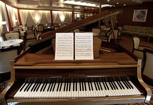 船内にはピアノも