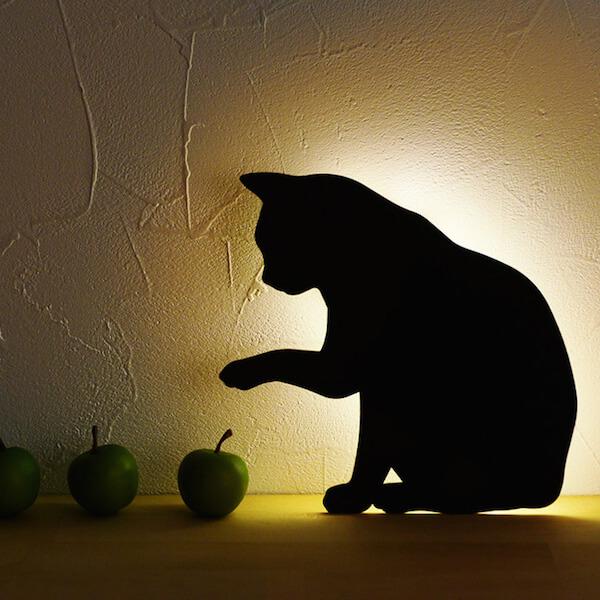 暗闇で点灯するキャットウォールライト