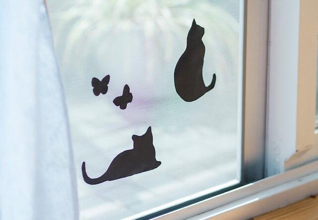 猫が網戸に空けた穴を塞ぐアイテム、影ニャーシートが便利