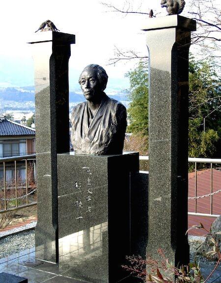 椋鳩十の像