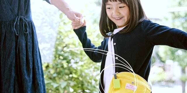 子供の鞄に取り付けたキュリオスマートタグ