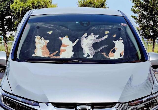 フロントガラスを猫でガード!可愛い車用の日除けニャンシェード