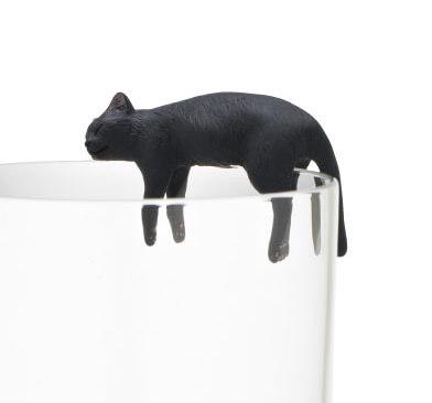ダラーンとする黒猫