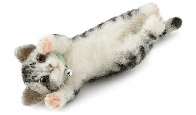 羊毛フェルトで作る、仰向けでゴロゴロ猫