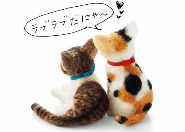 羊毛フェルトで作った猫を並べると更に可愛い