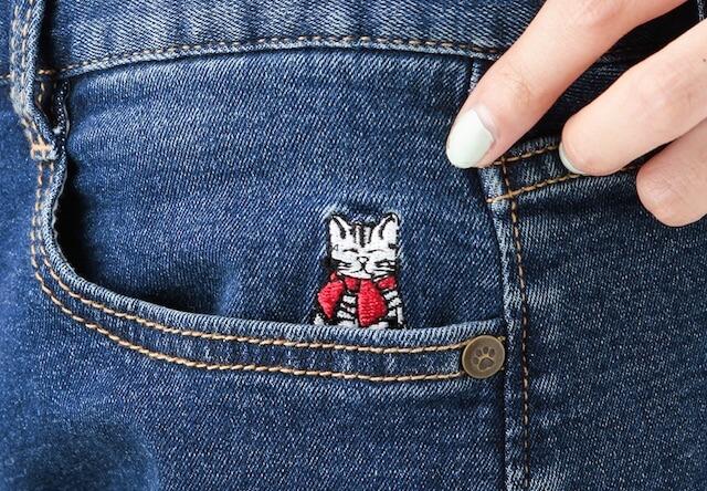 ポケットからはルーシーの刺繍が