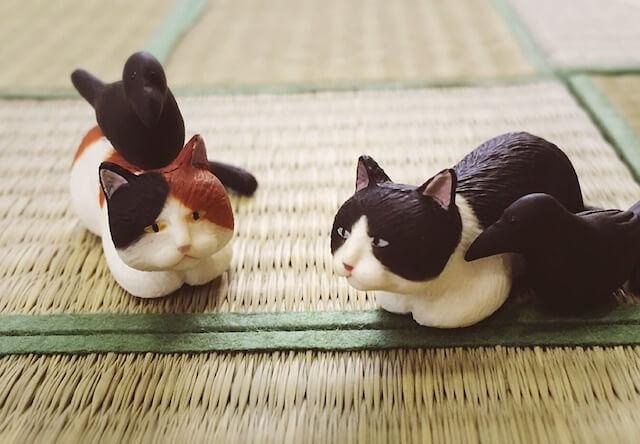 意外にお似合い?癒やしのフィギュア「猫とカラス」が新登場