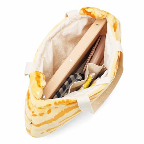 トラネコ柄のトートバッグの収納イメージ
