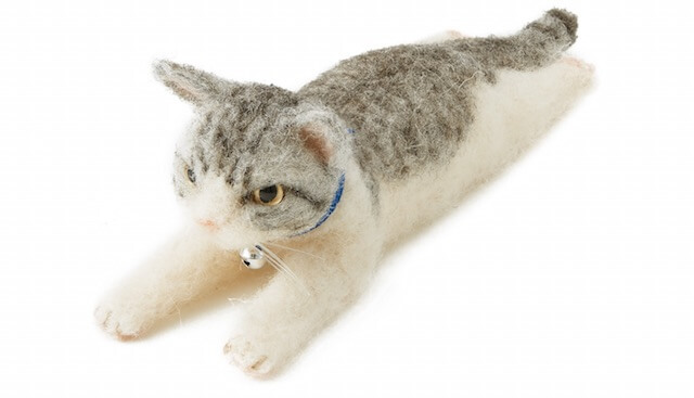 羊毛フェルトで作る、床に伏せてのびのびした猫