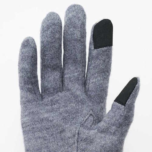 スマホを操作できる猫パンチ手袋は、親指と人差し指に導電布を使用