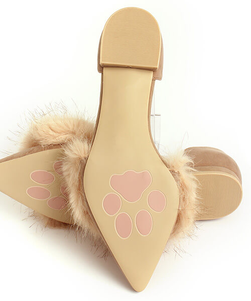パンプスの靴底にはニャンと肉球が