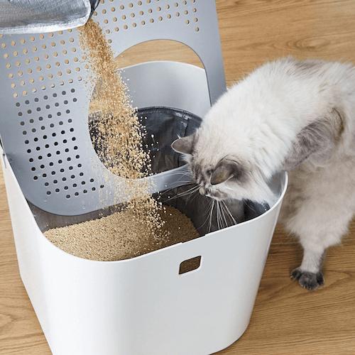 ライナー(インナー袋)の中に猫砂を流し込めばセット完了