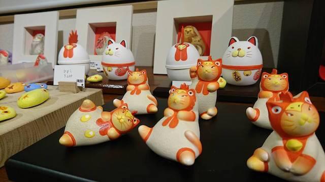 祝いの猫と干支の酉たち、島村英二さんによる作品