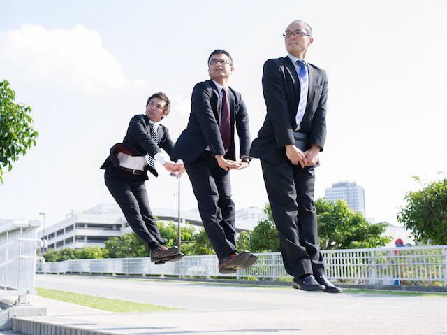 サラリーマンのジャンプ姿を捉えた青山裕企さんの写真作品「ソラリーマン」