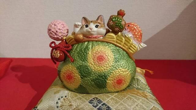 祝いの猫と干支の酉たち、田中かずみさんによる作品