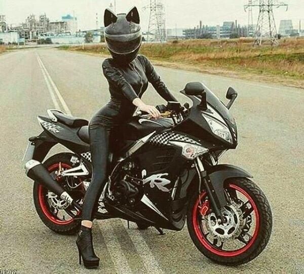 まるでキャットウーマンのような、ネコ耳型ヘルメット「Neko-helmet(ネコ・ヘルメット)」を被った女性