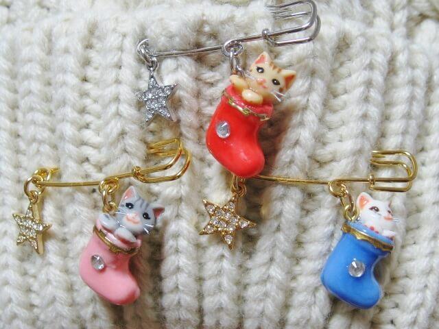 アップルココのクリスマスブーツに猫が入った可愛らしいブローチ