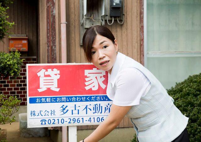 映画「ねこあつめの家」で不動産屋を演じる大久保佳代子