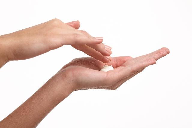 化粧クリームと女性の手