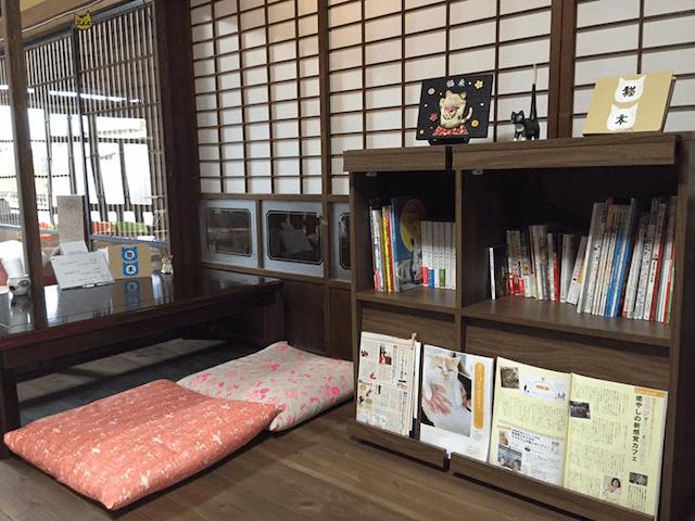 保護猫カフェ「Cafe Gatto」の猫本コーナー