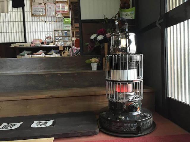 冬の時期にはストーブが登場する保護猫カフェ「Cafe Gatto」
