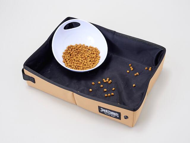 キャットフードの容器を入れてトレーとしても使える携帯用猫トイレ「サンドボックス」