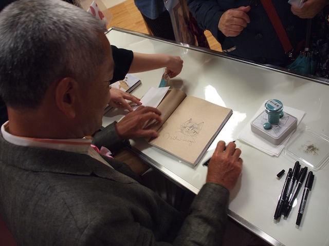 岩合光昭さんのサイン会の様子