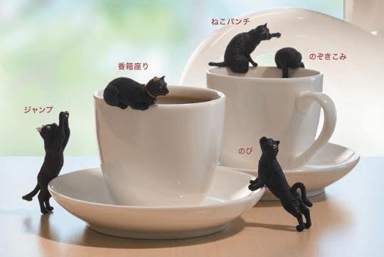黒猫フィギュアの「ふちねこ」をカップに乗せたイメージ