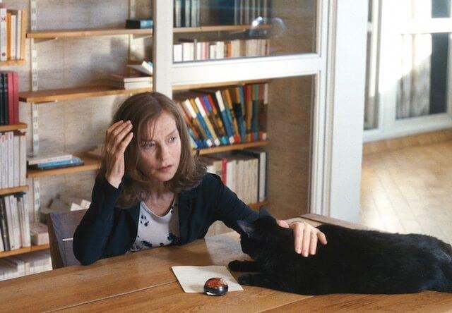 映画「未来よ こんにちは」の1シーン、イザベル・ユペールと黒猫のパンドラ