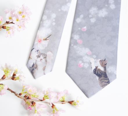ネクタイのデザインは、桜の枝や花びらにじゃれている猫