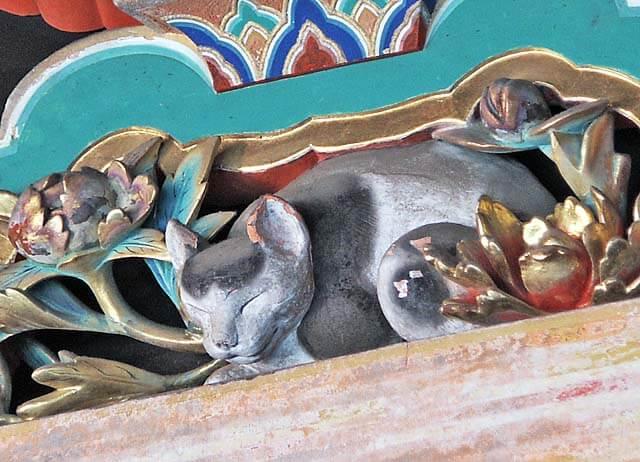 日光東照宮の回廊に施された有名な装飾「眠り猫」