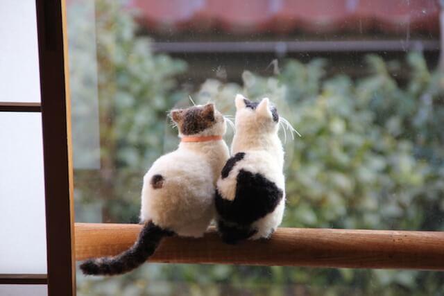 中山みどりさんの羊毛フェルト作品、窓の外を見る猫たち