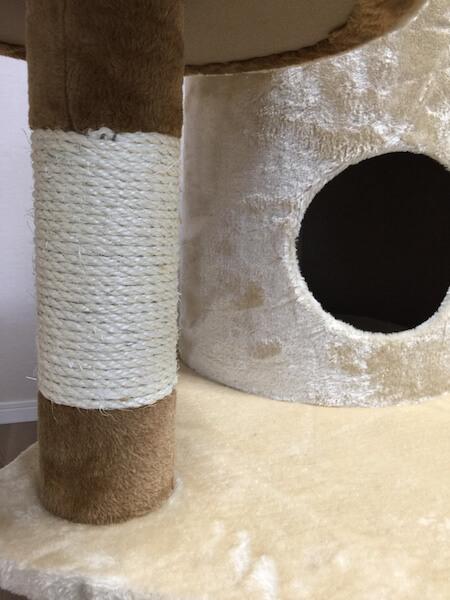 爪とぎシートを巻きつけるのはキャットタワーのポール(柱)部分