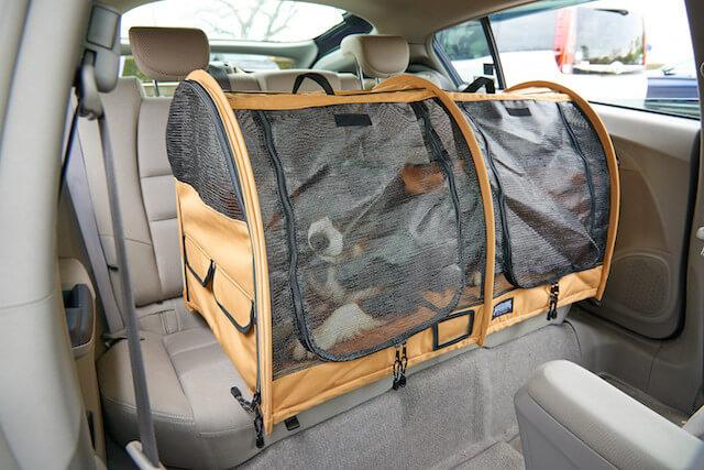 車の後部座席に設置できる猫キャリーバッグ「ペットツインカーゴ」