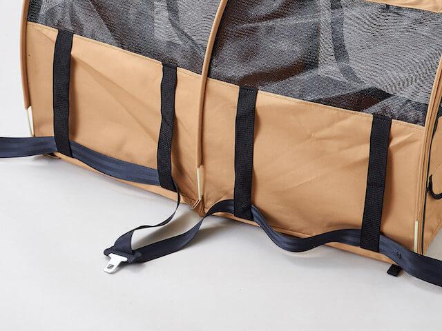 猫キャリーバッグ「ペットツインカーゴ」の背面にシートベルトを通した写真