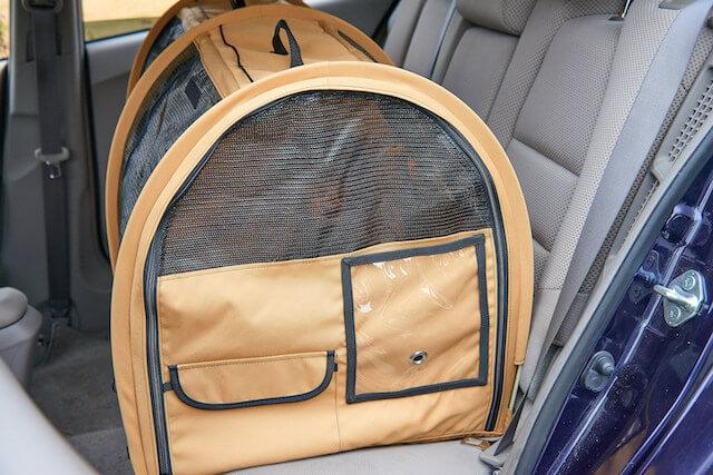 シートベルトで車の後部座席に固定した状態の猫キャリーバッグ「ペットツインカーゴ」