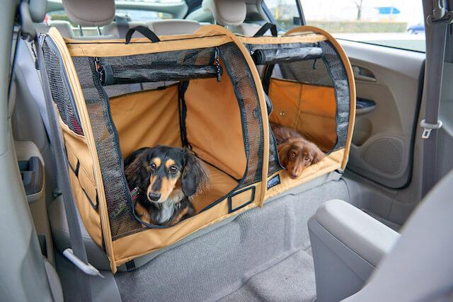 「ペットツインカーゴ」に犬を乗せて車で運ぶことも可能