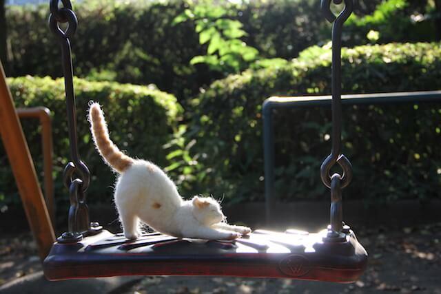 中山みどりさんの羊毛フェルト作品、ブランコで伸びをする猫