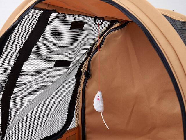猫キャリーバッグ「ペットツインカーゴ」の中に猫用のオモチャを設置