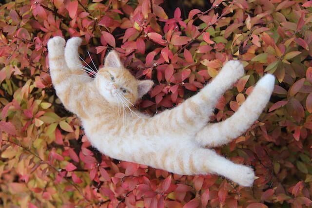 中山みどりさんの羊毛フェルト作品、寝転ぶ猫