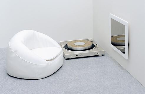 デザイニャーズハウス 1Fには白いソファとモニター、爪とぎが完備。