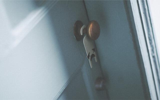 ドアノブに掛けた犬型ペーパーアロマディフューザー