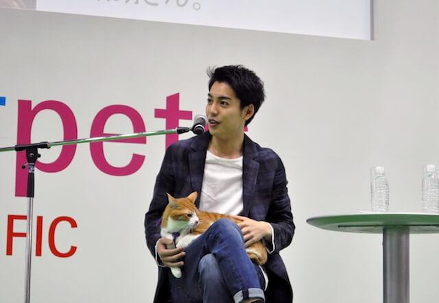 映画「猫忍」の主役大野拓朗さんと、主役猫の金時