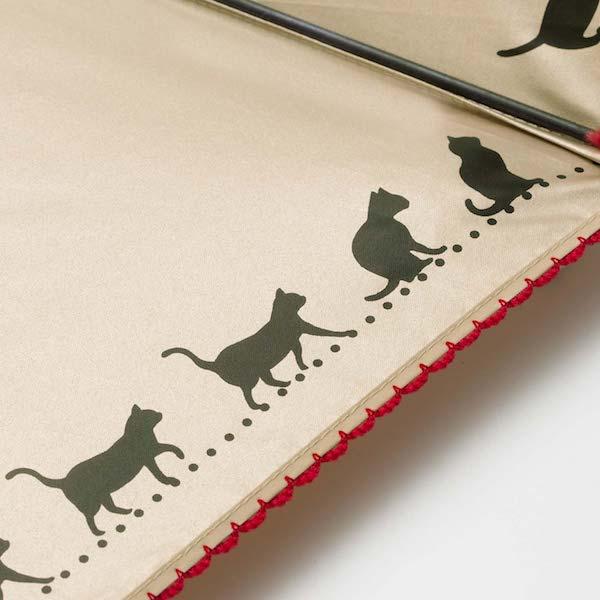 折りたたみ傘の縁には猫シルエットと赤いレースのデザイン