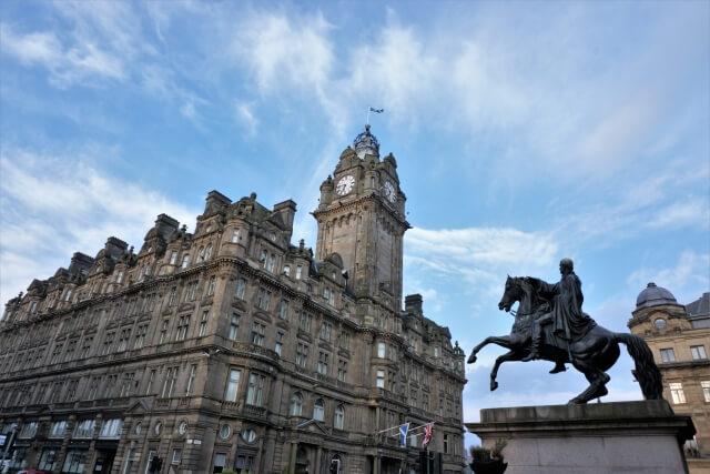 スコットランド・エディンバラの時計台と像