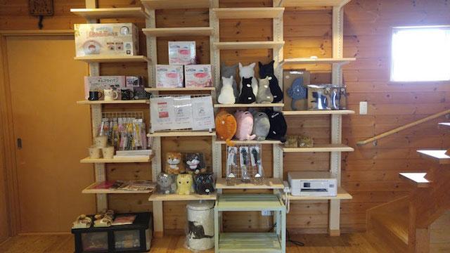 店内ではペット用品や雑貨・ハンドメイド作品も販売