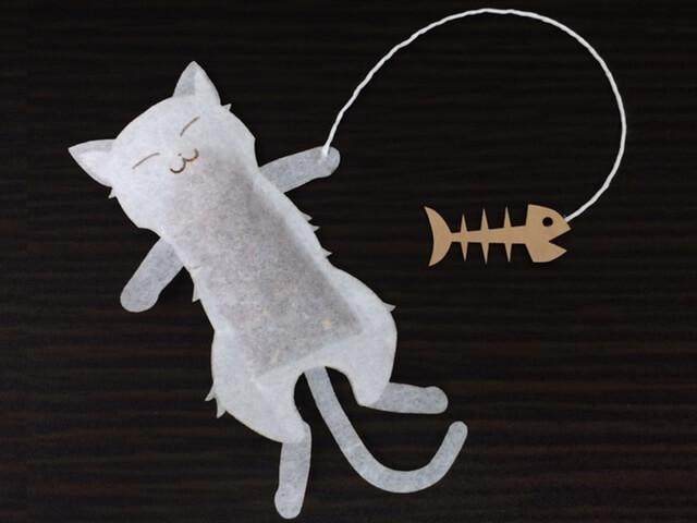 カップに浮かべた猫が可愛い♪ 猫型のティーバッグが登場