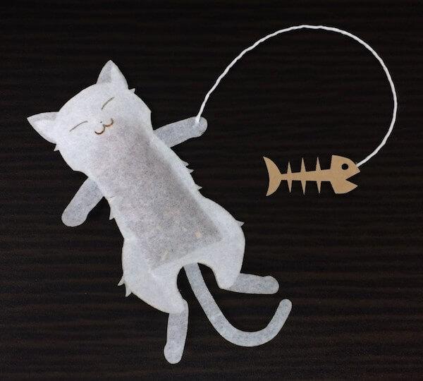 ヴィレッジヴァンガードの「OCEAN-TEABAG」シリーズ商品、猫型のティーバッグ